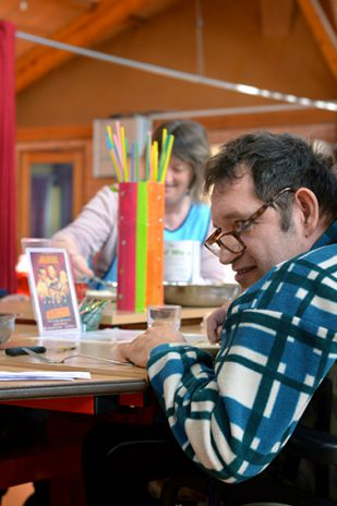 Le pôle régional du handicap, établissement institutionnel de la MSA installé à Saint-Saturnin, à une poignée de kilomètres du Mans, dans la Sarthe, est spécialisé dans l'accueil et la rééducation des personnes en situation de handicap moteur. Visite de Handi-Village et de l'Arche.