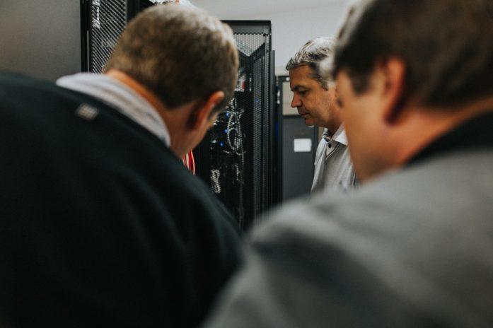 Stéphane, responsable des opérations informatiques forme ses nouveaux collègues. Il leur explique les procédures de sécurisation des données personnelles des abonnés.