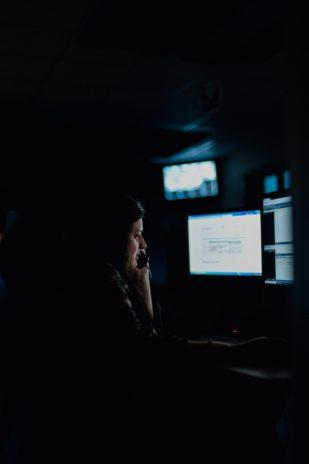 Eva prend l'appel d'un travailleur isolé. Quelqu'un vient de s'introduire sur son lieu de travail.