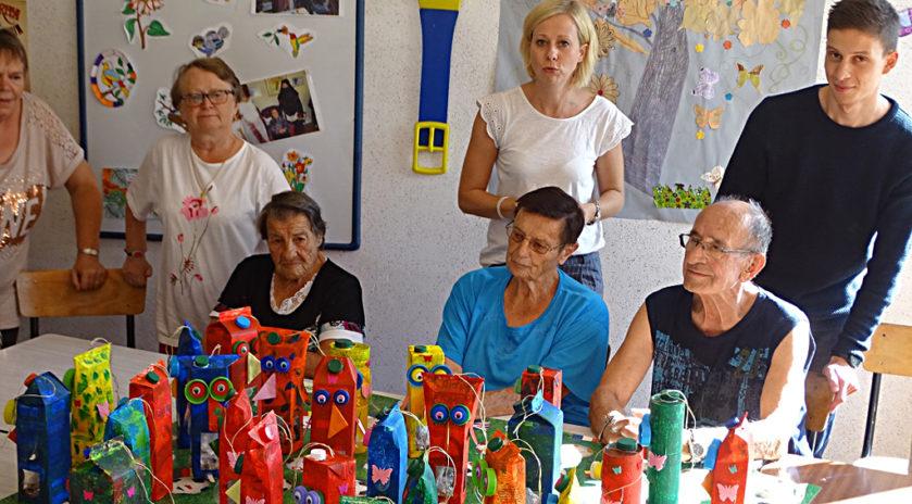 Avec les seniors de l'association «Les lucioles», résidents du foyer autonomie «L'étoile» de Badonviller, Présence Verte Lorraine a organisé un atelier de fabrication de mangeoires à oiseaux.