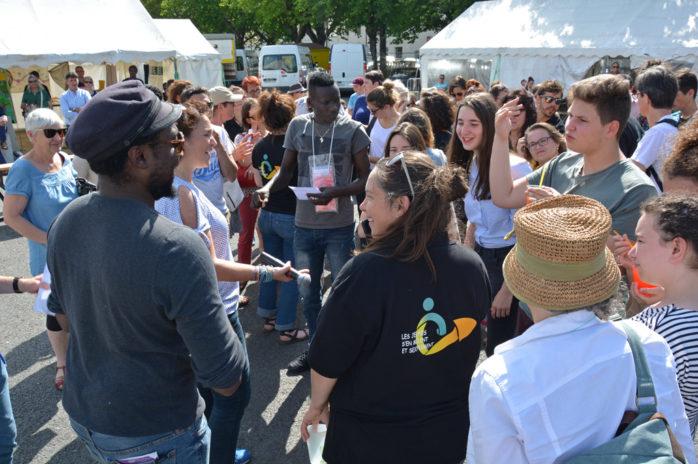 Les sociologues discutent avec les personnes participantes, dont beaucoup de jeunes.