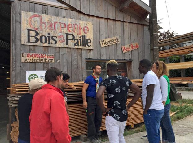 Des jeunes du CFA de Parthenay visitent l'entreprise d'Eddy Fruchard (au milieu).