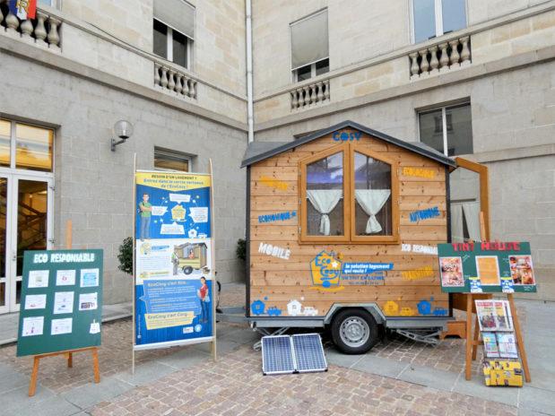"""Les jeunes de l'association ont également éco-construit un prototype présentés lors de différents événements de la région. Inauguré en 2017, il a permis de sensibiliser à l'habitat écologique et de présenter le projet, appelé """"Éco Cosy""""."""