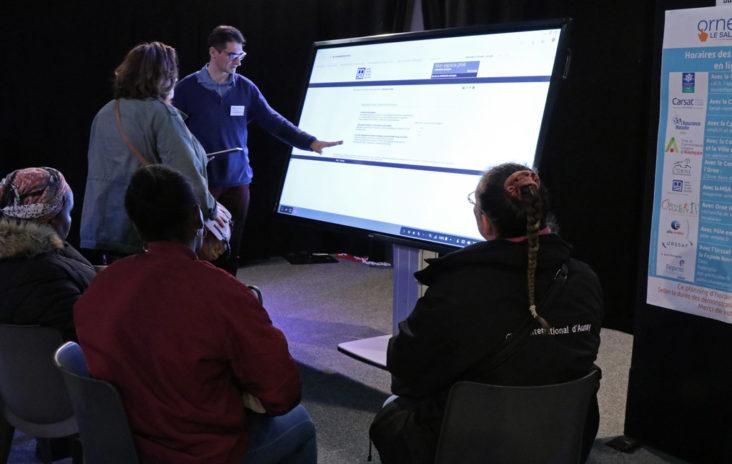 Christophe Avranche fait une démonstration sur la tablette numérique géante.