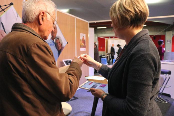 Un assuré prend des informations sur le stand de la MSA lors du salon Orne Connect