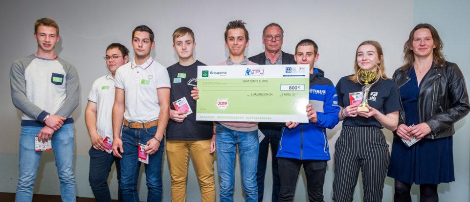 Les élèves de première conduite et gestion de l'exploitation agricole de la maison familiale rurale de Stenay posent avec leur chèque de 800 euros.