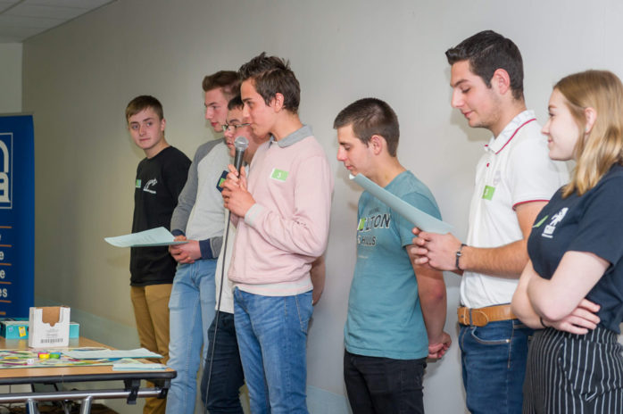 Les élèves de première conduite et gestion de l'exploitation agricolemaison familiale rurale de Stenay présentent leur projet devant le jury