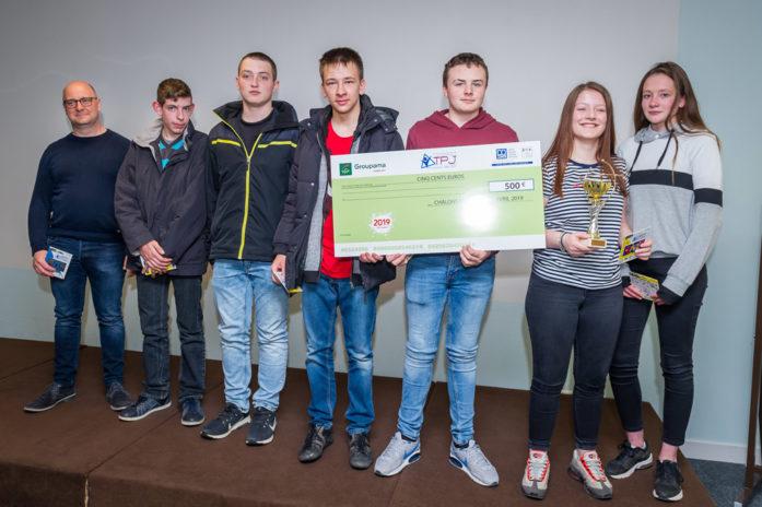 À la troisième place, les élèves de seconde CGEA posent avec leur chèque de 500 euros.
