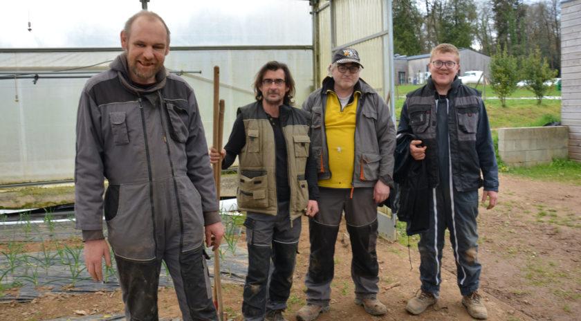 Une partie l'équipe de l'atelier maraîchage dont les légumes serviront à la réalisation des 350 qui sortent chaque jour de la cuisine des Hardys. - Photos : © Alexandre Roger / le Bimsa.
