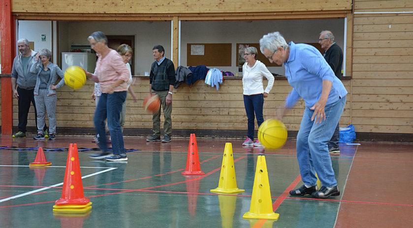 Santé des seniors. Leur recette pour vieillir en forme. Travail musculaire, de la mémoire et de l'équilibre et socialisation, le basket – dans sa version adaptée – a des vertus insoupçonnées. Visite des joyeux membres au club rencontre valdainois, une association iséroise qui vient d'être récompensée par le prix coup de cœur du jury de l'appel à projets Générations actions, couveuse d'idées de Générations mouvement.