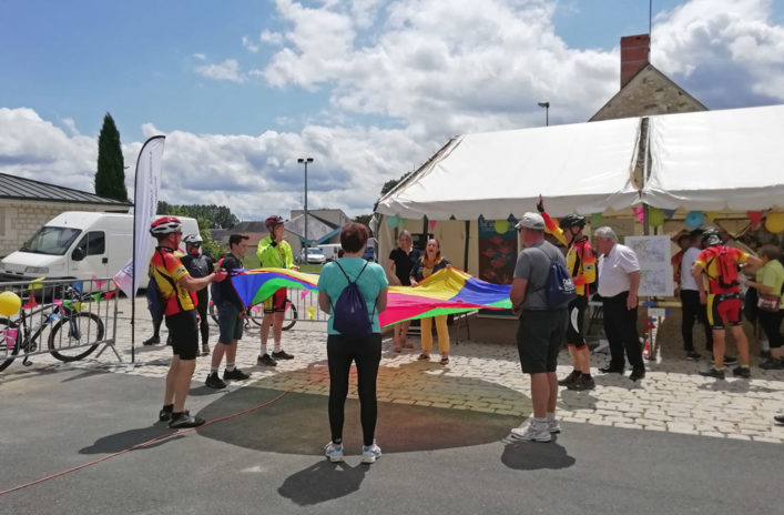 Les membres de l'Union cycliste Martizay lance le top départ de la randonnée VTT. Le stand du Groupe MSA proposait également des jeux avec des lots à gagner.