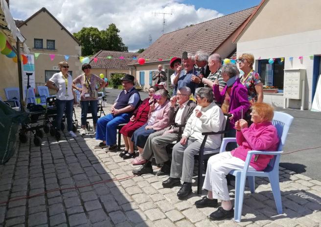 Les résidents de la Marpa de Martizay s'amusent pendant l'animation photos délires de la journée portes ouvertes.