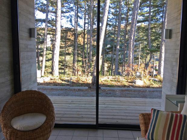 Le solarium du centre de vacances de Vogüe a vu sur la forêt.