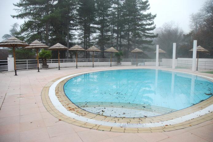 La piscine vide du centre de vacances.