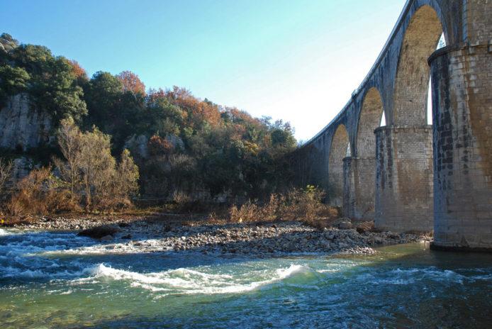 Le viaduc de Vogüé, ancienne ligne de chemin de fer construite en 1877, passe au-dessus de l'Ardèche à quelques pas du centre de vacances.