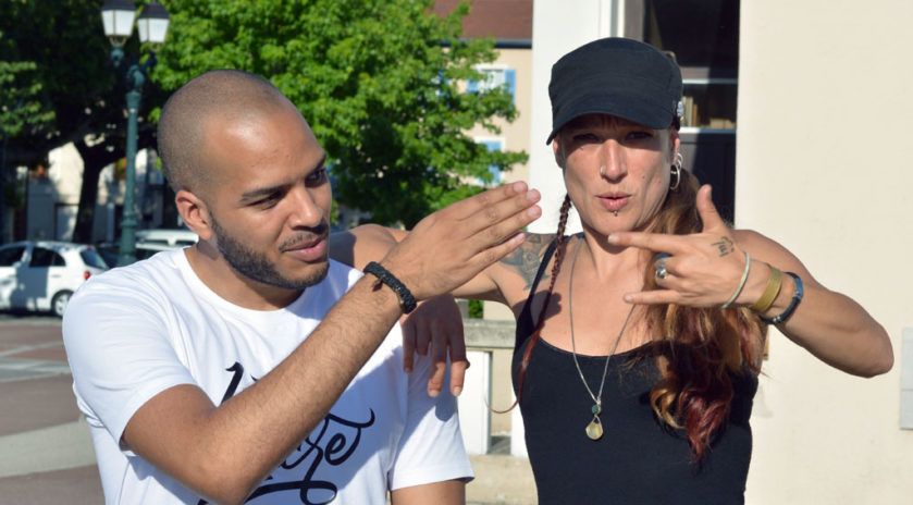 Grâce à Radikal MC — alias Erremsi — le chanteur, et Laëty la chansigneuse, la langue des signes et le rap se sont croisés le samedi 9 juin 2018 le temps d'un concert à Saint-Marcellin. Dans la salle, sourds et entendants étaient côte à côte.