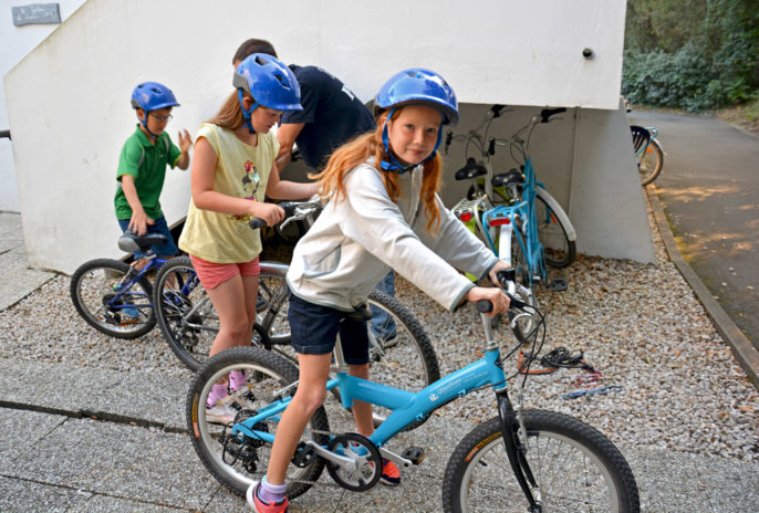 Les enfants de Renate et Bart se préparent pour un tour en vélo.