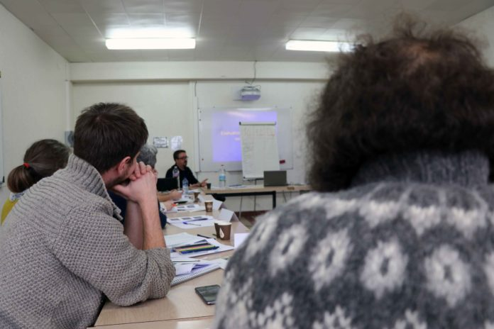 Sentinelles de Bretagne Des anonymes contre le suicide  Depuis leur création en 2013 par la MSA d'Armorique, rejointe en 2017 par la MSA Portes de Bretagne, les Sentinelles sont une armée de l'ombre. Des combattants du quotidien qui luttent anonymement partout sur ce territoire pour réduire le nombre de suicides dans la région de France la plus touchée par le phénomène. Elles nous ont accueillis pendant l'une de leurs séances de formation à Saint-Ségal dans le Finistère. Aux commandes : le Dr Tiphaine Bouldoires, psychiatre au sein de l'établissement de santé mentale de Quimper, et Laurent Le Goff, infirmier au centre médico-psychologique de Quimperlé. Ce duo de spécialistes intervient, selon la méthode Terra-Seguin, pour former de précieuses vigies antisuicide au plus près de ceux qui souffrent en silence.