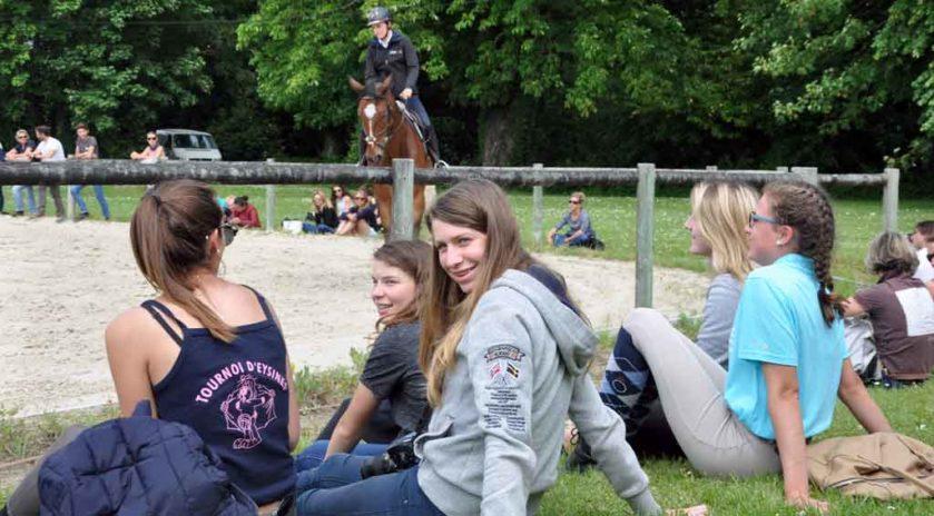 Les élèves en formation BPJEPS mention équitation au lycée Saint-Antoine, à Bois, en Charente-Maritime, écoutent les conseils prodigués lors de cette journée. © Alexandre Roger/Le Bimsa