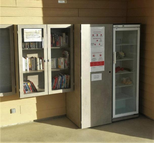 frigo et boite à livres solidaires installés au Gaec Le Fleurinois dans le Rhône