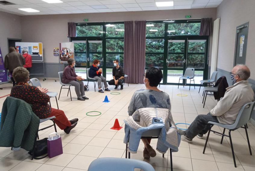 Atelier d'activités physiques adaptées pour les aidants venus au débat théâtrale de Maillé, dans la Vienne.
