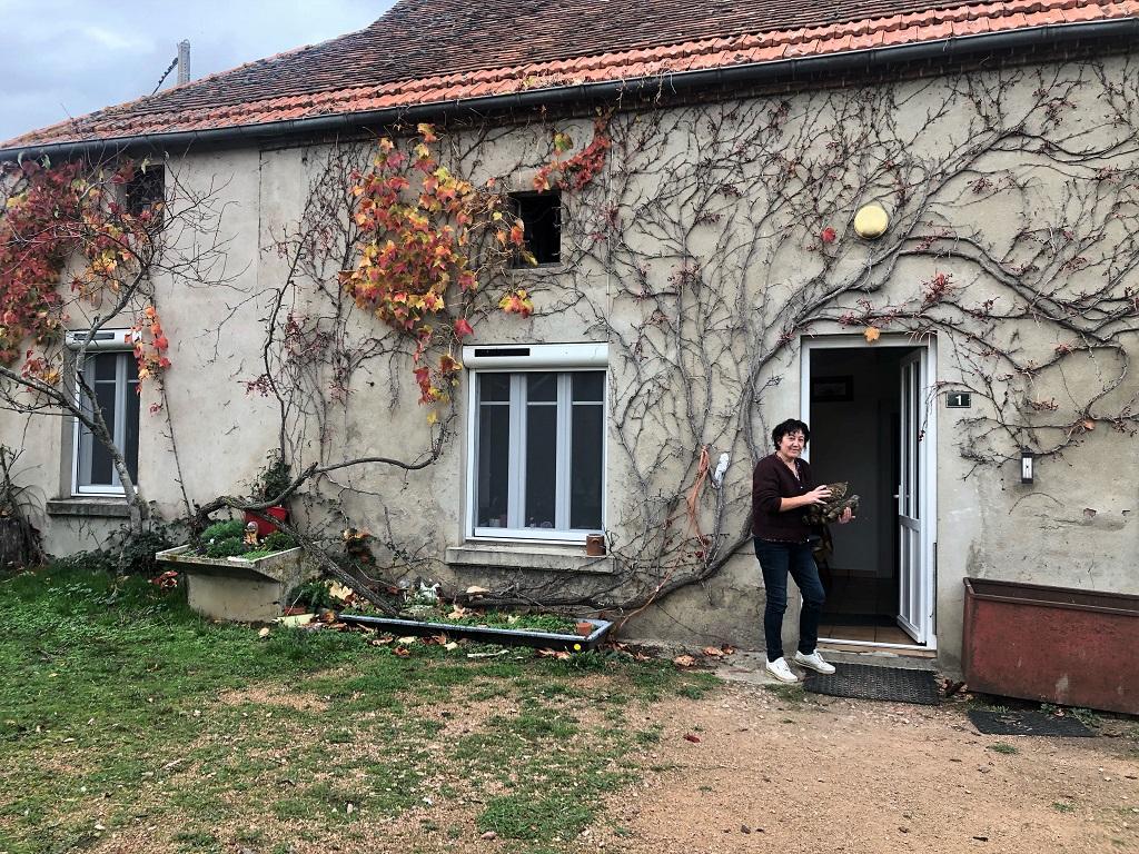 Isabelle rentre du bois pour son poêle.
