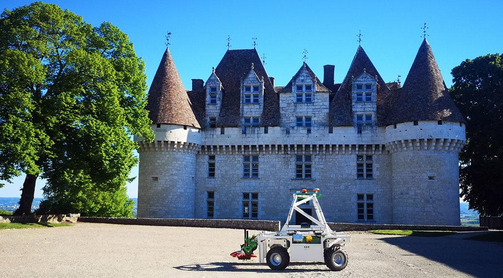 Le robot Ted de Naïo est une alternative aux herbicides. Sa légèreté (900 kg) permet de lutter contre la compaction des sols et son passage fréquent offre un travail d'entretien régulier.  © Cave coopérative de Monbazillac