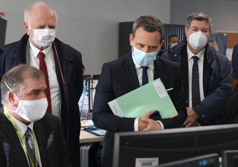 Julien Poullot fait une démonstration du service en ligne au ministre. 500 demandes d'intermédiation financière ont été reçues depuis le 1er octobre 2020, et 1 700 procédures de recouvrement sont en cours.