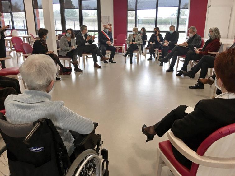 Table ronde lors de la visite de Brigitte Bourguignon à la Marpa Ecole avec des résidents, responsables, élus locaux, ARS et la MSA.