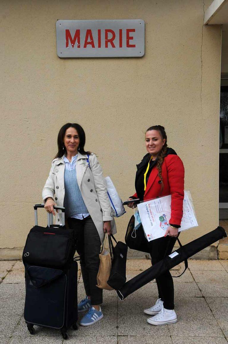 Nora Ait Aïssa et Faustine Giroud, agents d'accueil à la MSA du Languedoc, assurent une permanence France services dans dix villages de la communauté de communes du Minervois au Caroux.
