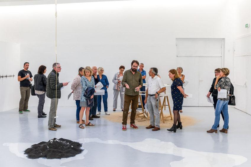Le public de Rurart rencontre de l'œuvre «Air glacière » les artistes ; ici Franck Dubois artiste plasticien.
