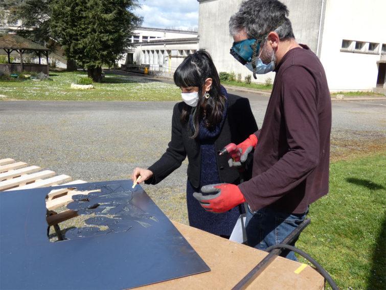 A Rurart le public peut rencontrer l'artiste à l'occasion d'atelier. Ici l'activité est dédié à la sculpture sur métal : Nicolas Tubéry semple prendre plaisir à transmettre ses techniques.