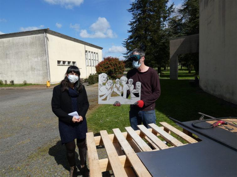 Nicolas Tubéry pose avec une participante de l'atelier ouvert au public proposé par le centre d'art Rurart.