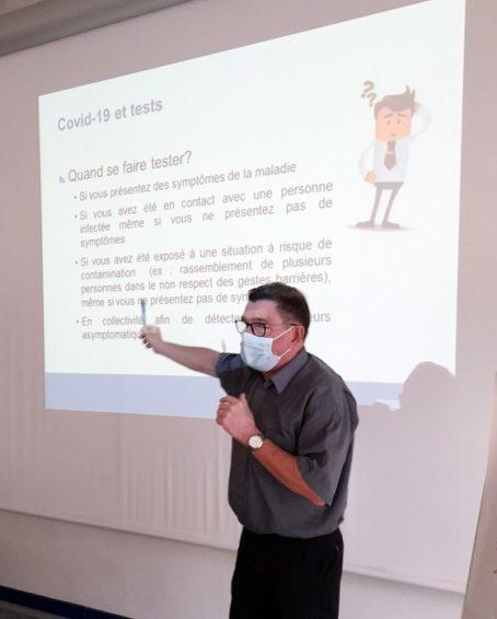Zone de Texte: Le Docteur Oudot présente à son auditoire les différentes mesures de prévention