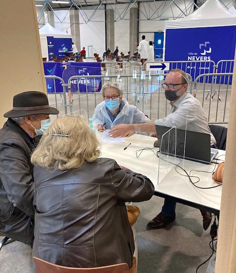 Des délégués de la MSA Bourgogne viennent en aide au centre de vaccionation Covid-19 de Nevers pour gérer le flux des candidats et favoriser un accueil de qualité.